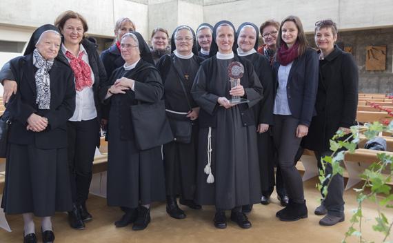 Foto der mit dem Anerkennungspreis der Orden ausgezeichneten Sr. M. Birgit Dorfmair mit Mitschwestern und Mitarbeitern.