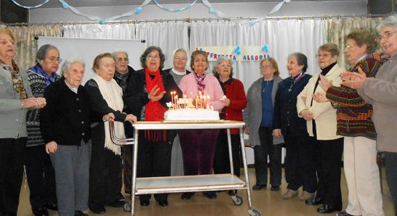 Foto einer Geburtstagsfeier mit Sr. Johanna und Bewohnerinnen des Altenwohnheimes in Oliden