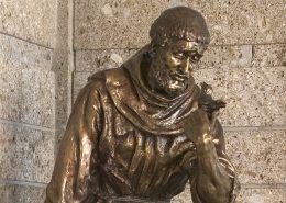 Franziskus-Statue aus Bronze im Hartmannspital