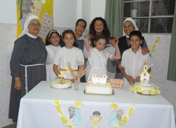 Foto der Schwestern mit den Erstkommunionkindern