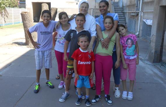 Sr. M. Johanna mit einer Betreuerin und den Kindern von Guatraché